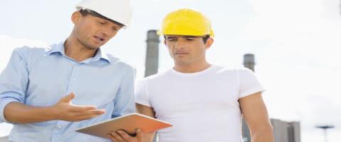 Hier sind zwei Bauarbeiter zu sehen die verwenden unsere Instandhaltungssoftware